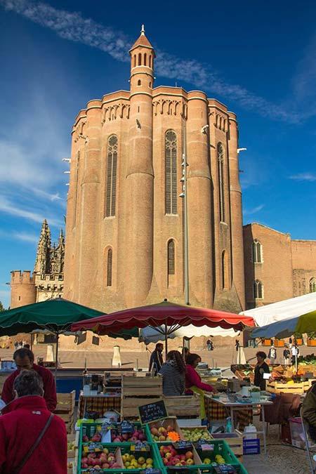 La Cathédrale d'Albi vue du marché par Loïc Bourniquel