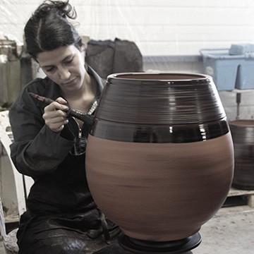 Le cirage du pot à la main à l'atelier des poteries d'Albi