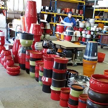 Les pots des poteries d'Albi prêts à l'expédition