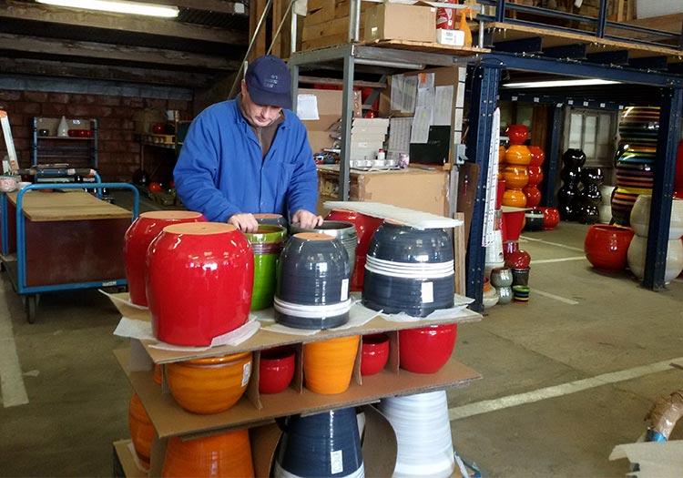 Le défournement des pots à l'Atelier des poteries d'Albi
