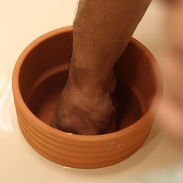 Le savoir faire de l'émailleur des poteries d'Abli