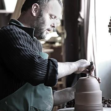 L'ébarbeur à l'atelier des poteries d'Albi