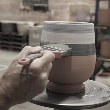 La patine fait main dans les ateliers des poteries d'Albi