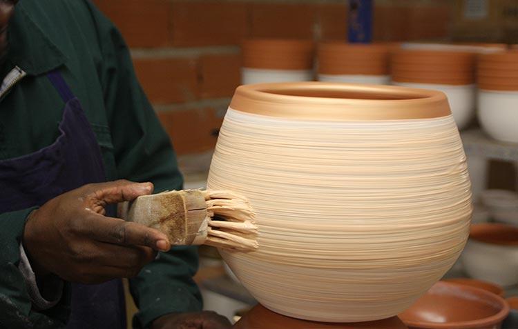 La patine à la main des poteries d'Albi