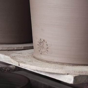 Un authentique pot portant l'estampille des poteries d'Albi