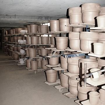 Les étagères du séchoir des poteries d'Albi
