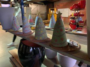 Sapins décorés par les enfants pour l'atelier poterie enfant à Albi